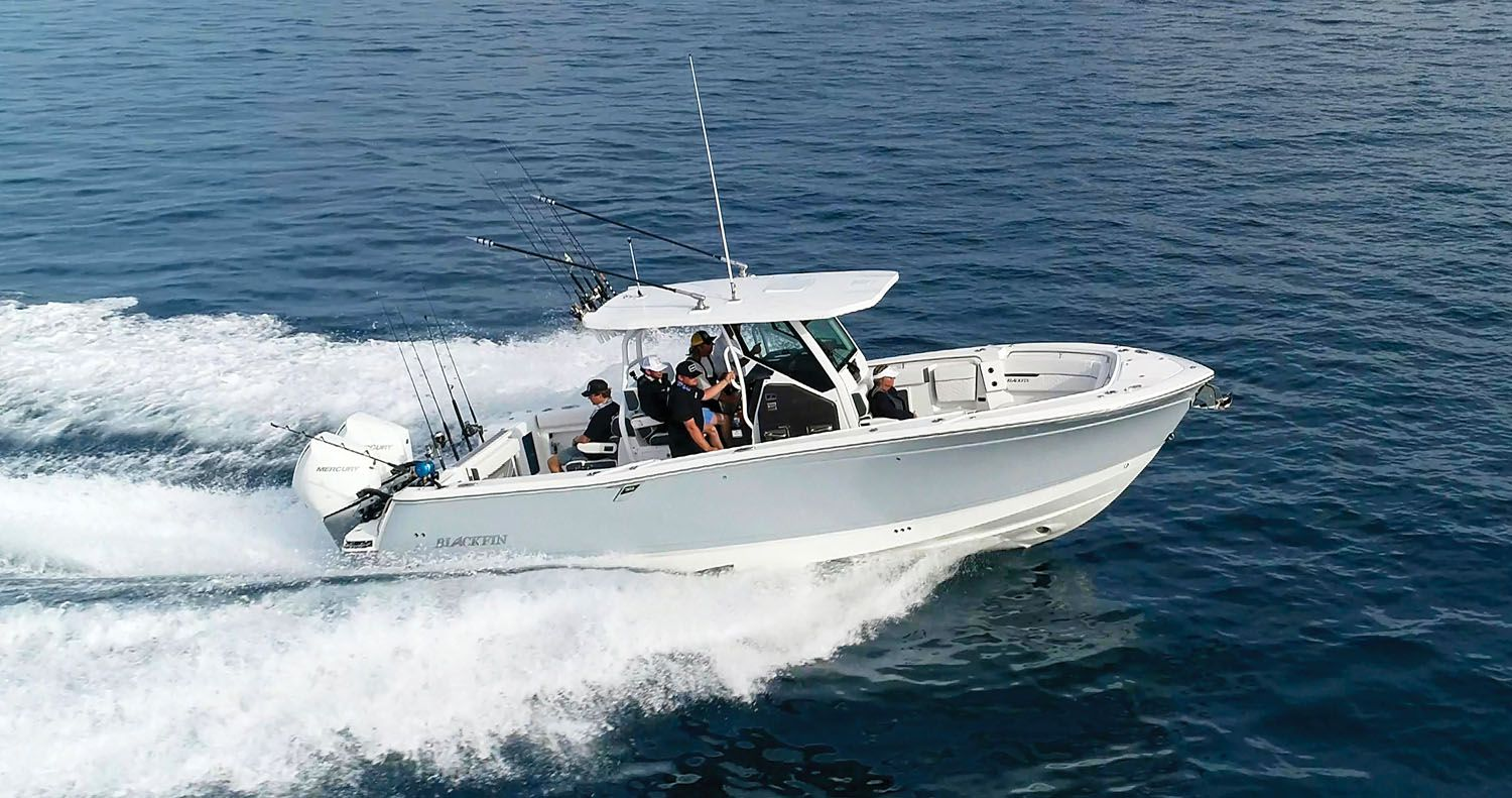 With twin Mercury 300s, the Blackfin cruises at over 37 mph for approximately 300 miles.